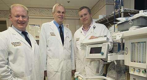 Les psychiatres Charles Conway (à gauche) et Charles Zorumski (au milieu) ont travaillé avec l'anesthésiste Peter Nagele (à droite) sur une étude pilote dans laquelle du gaz hilarant a été prescrit à des patients dépressifs. © Robert Boston
