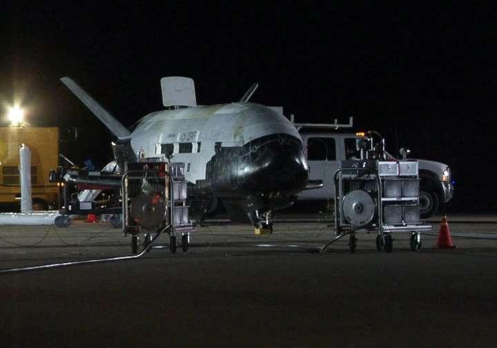 Le drone spatial X-37B, actuellement en orbite, est ici vu au retour de sa première mission de 224 jours. © US Air Force, Michael Stonecypher