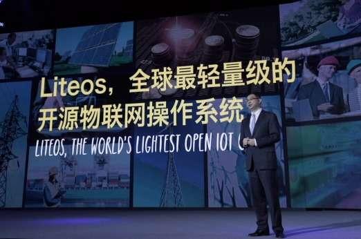 William Xu, le directeur stratégie et marketing de Huawei, était sur scène lors du Huawei Network Congress 2015 pour annoncer l'arrivée de LiteOS. On ne sait que très peu de choses sur ce nouvel OS destiné aux objets connectés. © Huawei