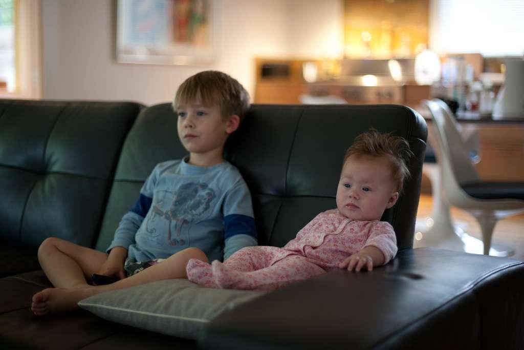 Selon une étude britannique, la moitié des enfants de ce pays ne feraient pas assez d'activité physique. La cause principale de cette sédentarité serait le temps passé devant les écrans d'ordinateur, de tablette ou de télévision. © Lars Plougmann, Flickr, cc by sa 2.0
