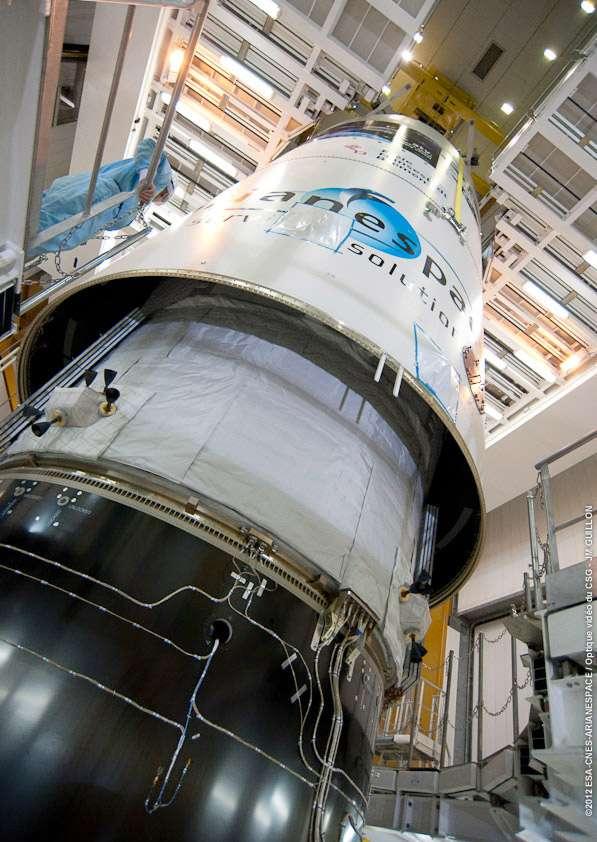 Installation de la coiffe du lanceur autour de l'ATV-3 Edoardo Amaldi. Le lanceur, une Ariane 5ES, est transféré ce mercredi sur son pas de tir Ela-3 en vue d'un lancement le 23 mars, à 5 h 34. © Esa/Cnes/Arianespace/Photo Optique vidéo du CSG
