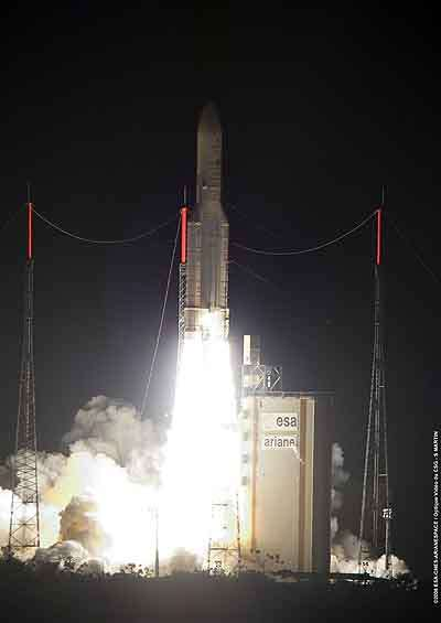 Décollage d'Ariane 5 la nuit du 20 au 21 décembre 2008. Crédit Arianespace