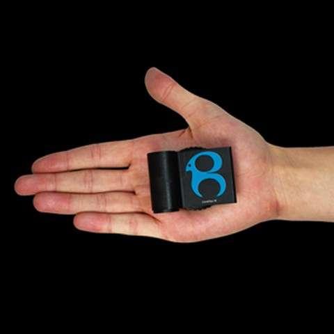 Le boîtier d'interface neuronale CerePlex W a été mis au point par la société nord-américaine Blackrock Microsystems. Placé sur le crâne et relié à un implant cérébral, il récupère et convertit en commandes numériques les signaux électriques émis par les neurones lorsqu'une personne exécute une commande mentale. Il pourrait être testé par des humains dès cette année. © Blackrock Microsystems