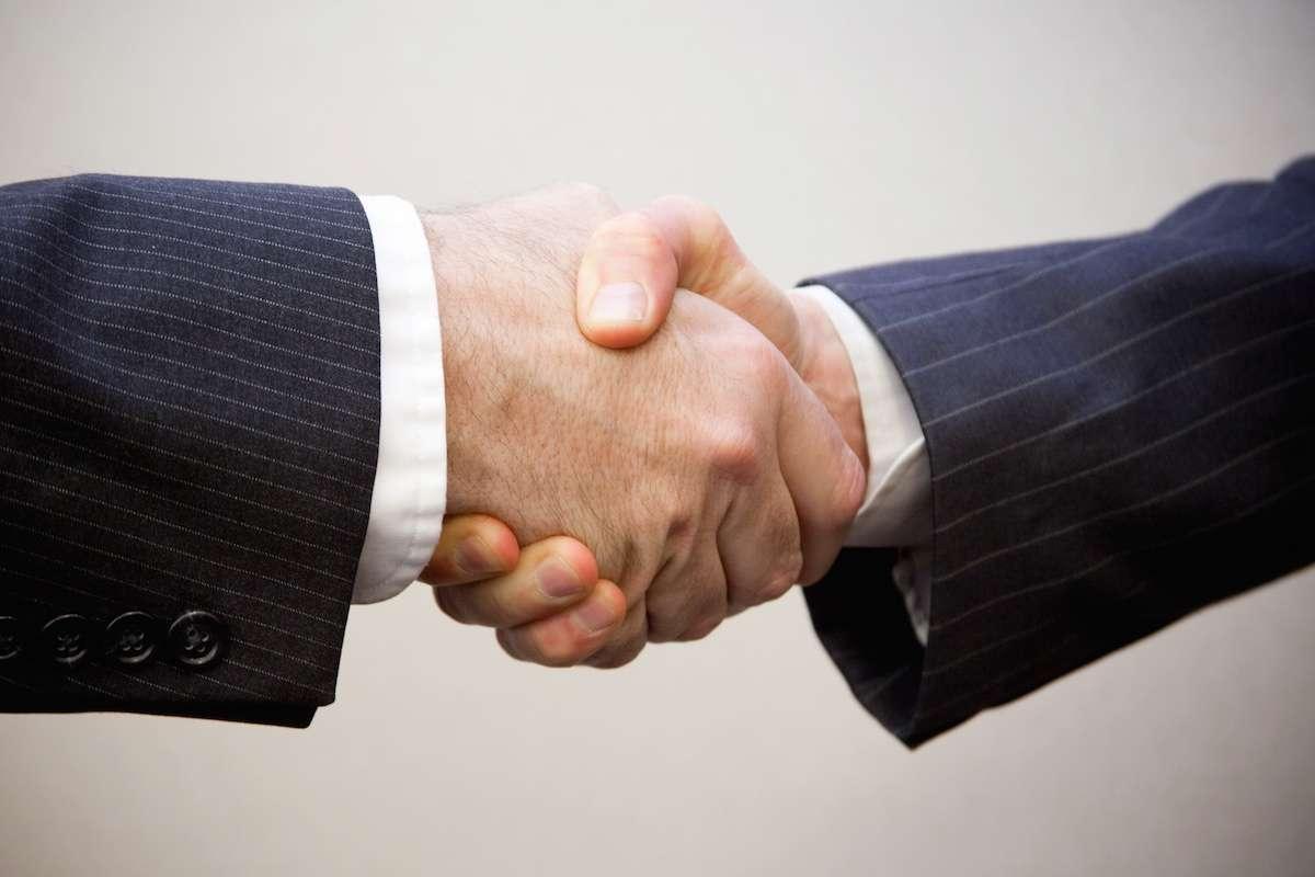 Un geste symbolique de salutation ou d'accord qui peut en dire long sur votre santé à venir. © Flazingo Photos CC, Flickr