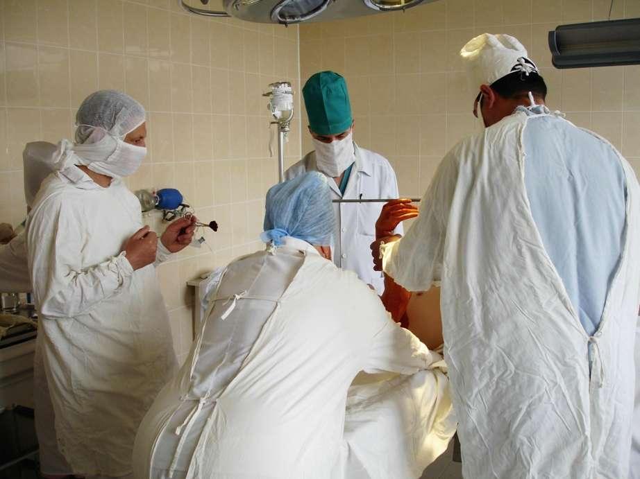 Cette intervention chirurgicale, très peu pratiquée, a demandé une bonne dizaine de chirurgiens, anesthésistes et infirmiers pour être menée au bout. Grâce à cela, Louise Antoni est guérie de son cancer du bassin et commence à remarcher. © Vadkoz, StockFreeImages.com