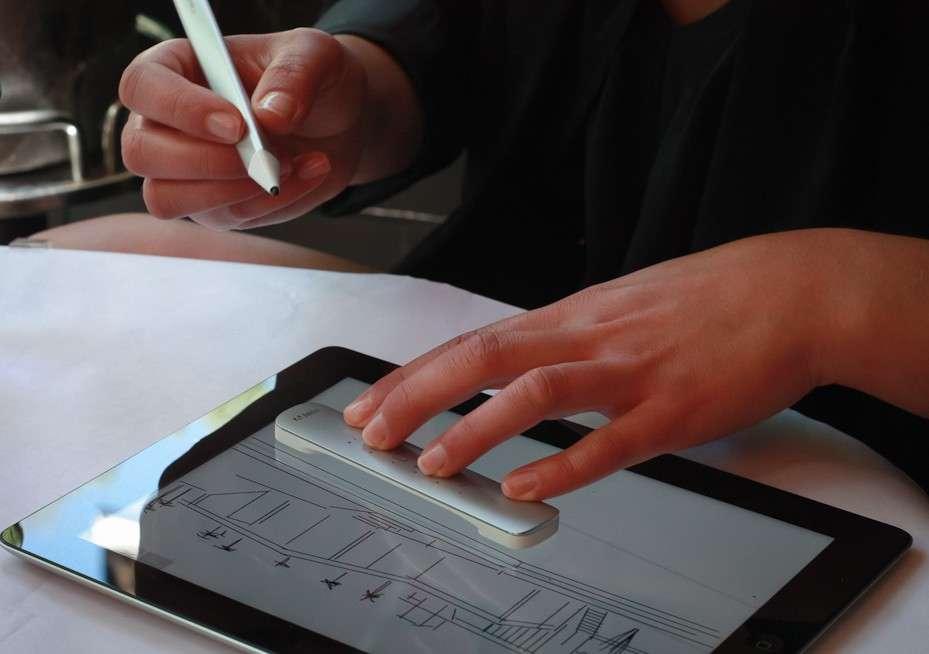 Le stylet Mighty et la règle Napoléon se combinent pour créer des formes courbes ou angulaires. L'utilisateur peut se servir de son doigt comme d'une gomme virtuelle pour effacer un trait. © Adobe