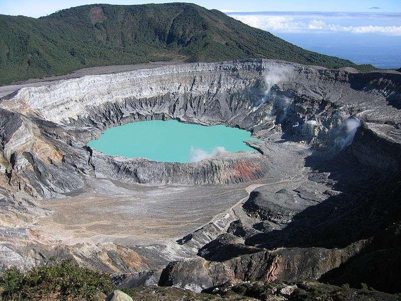 Le Poas est un stratovolcan du Costa Rica qui culmine à 2.708 m. Son cratère abrite le lac Poas, ici en photo. Il s'agit du lac le plus acide du monde. © Peter Andersen, GNU 1.2