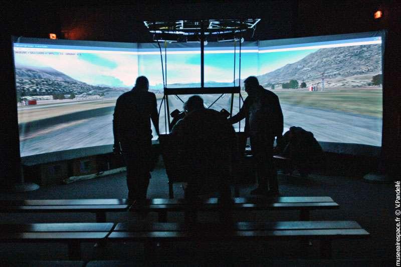 Un simulateur (un « simu » comme disent les spécialistes) mais de quoi ? Avion ? Formule 1 ? Péniche ? Réponse au musée de l'Air et de l'espace. © Musée Air et Espace / V. Pandellé