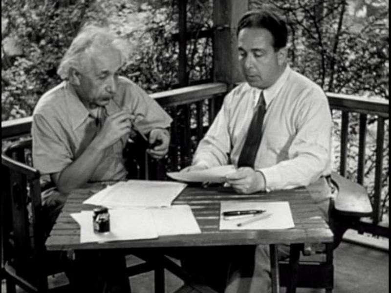 Einstein et Szilard se concertant pour écrire une lettre au président Roosevelt l'informant de la possibilité de construire une bombe atomique.