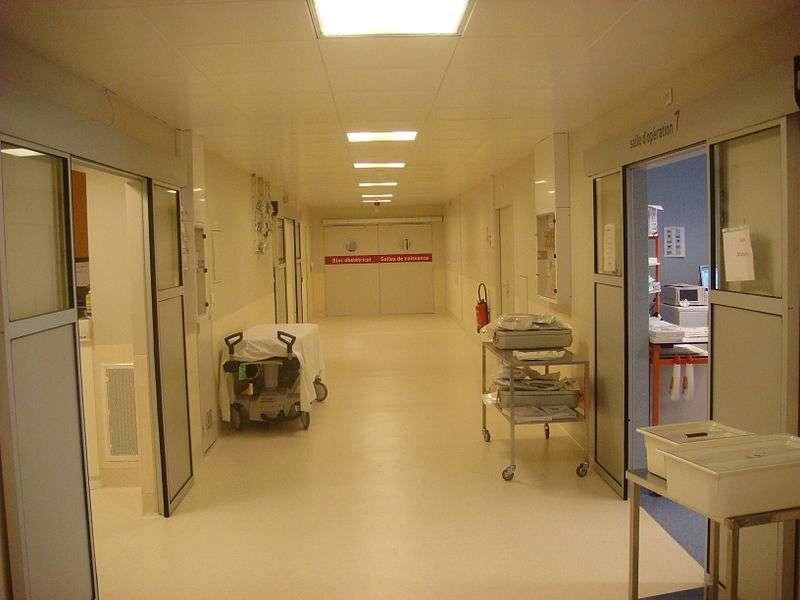 Salle d'opération dans un hôpital de Lyon. Des mesures d'hygiène très strictes sont mises en place pour éviter tout risque d'infection. © haitham alfalah, Wikimedia Commons, cc by sa 3.0