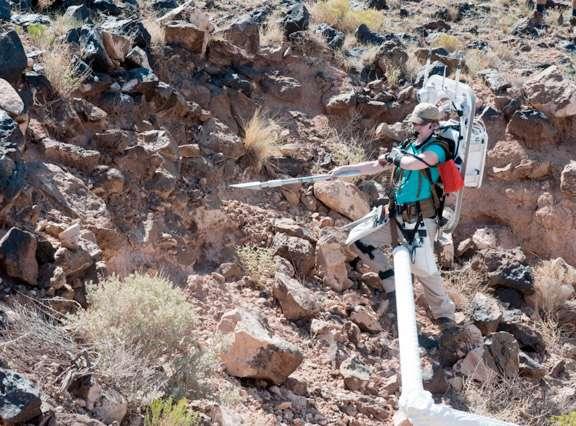 Cette géologiste, installée sur un bras fixé en principe sur son vaisseau spatial, simule une sortie extravéhiculaire sur un astéroïde. En raison de la très faible gravité, les astronautes en sortie devront être reliés d'une manière ou d'une autre au véhicule d'exploration, sous peine de s'échapper de la gravité de l'astéroïde. © Nasa/Regan Geeseman