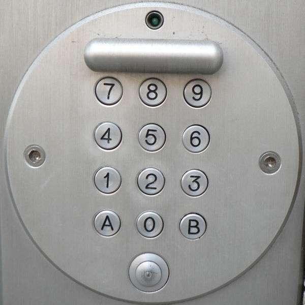 Le digicode, ou serrure électronique, protège l'entrée des immeubles ou des bureaux. © Claudecf, CC BY-SA 2.0, Wikimedia Commons