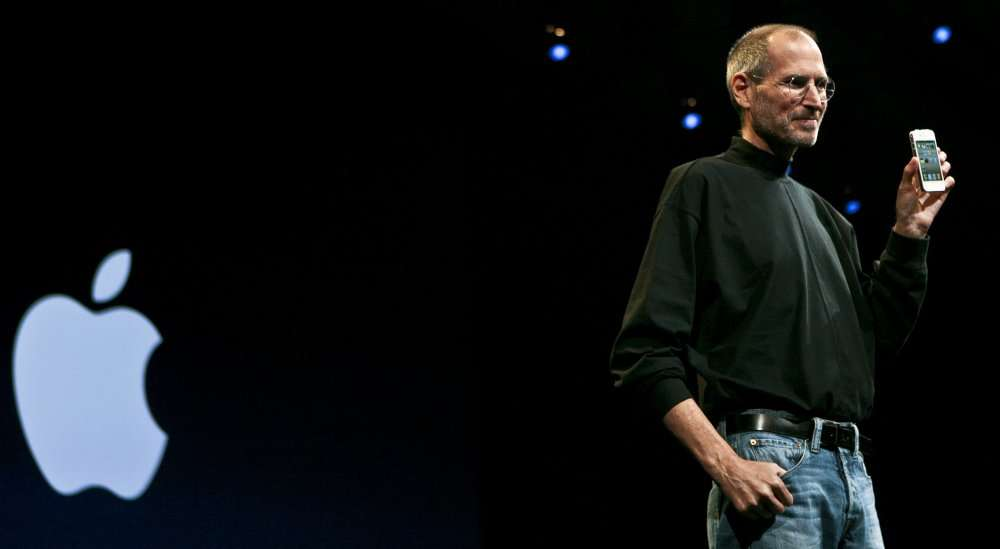Steve Jobs présentant l'iPhone 4 en 2010. © AFP Photo/Ryan Anson