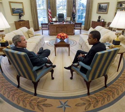 George W. Bush et Barack Obama dans le Bureau Ovale, en 2008. Source White House
