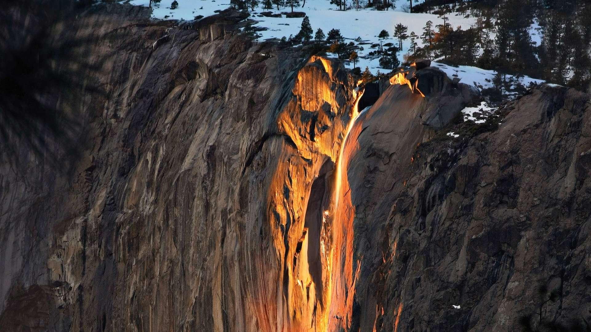 La cascade de feu de Horsetail Fall dans le parc national de Yosemite, en Californie, est une illusion créée par les rayons du Soleil couchant. © Wcwoolf, Wikimedia Commons, CC By-SA 4.0