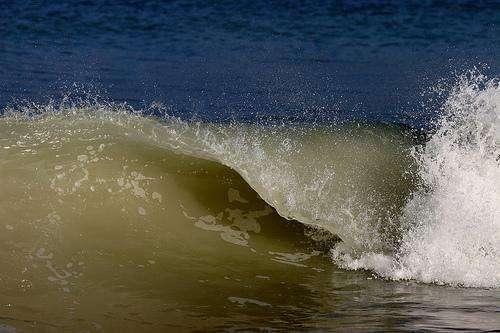 Les vagues et la houle générées par le vent contribuent au mélange des eaux de la surface océanique. © Nitot CC by-nc-sa