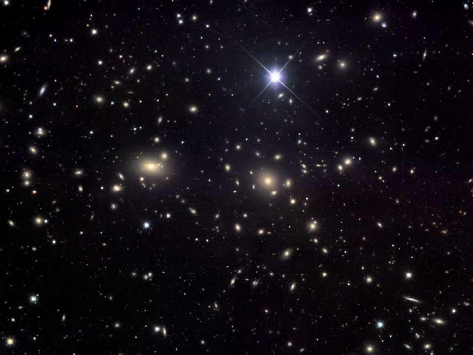 L'astrophysicien Fritz Zwicky était tombé sur une énigme en étudiant l'amas de la Chevelure de Bérénice ou amas de Coma (Abell 1656), un vaste amas de galaxies contenant plus de mille galaxies identifiées et qui se situe à environ 99 mégaparsecs de la Voie lactée. Il devait contenir 400 fois plus de masse que celle observée sous forme lumineuse. Zwicky en parlait déjà comme d'une matière noire. Aujourd'hui, on sait qu'il avait raison bien que la valeur exacte de la masse de matière noire contenue dans l'amas de Coma soit bien plus faible que ne le pensait Zwicky. Les secrets de cette matière noire résident peut-être dans les galaxies naines. © Jim Misti