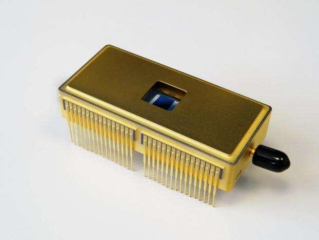 Au cœur de la caméra Ocam, le détecteur CDD220 comporte 240 x 240 pixels et présente dix fois moins de bruit de lecture que les détecteurs utilisés actuellement, ce qui en fait le candidat idéal pour les caméras en lumière faible qui seront utilisés pour la seconde génération d'instruments du VLT. Le CCD220 a été développé par e2v Technologies, au Royaume-Uni. © P. Balard/e2v Technologies