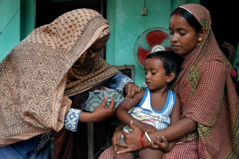 Vaccination au Bangladesh. En 2007, 70% des morts dues à la rougeole sont survenues en Aise du sud-est. © Daniel Cima, American Red Cross