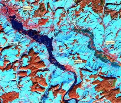 Vue obtenue par un satellite optique des inondations de la Meuse autour de la ville de Sedan, le 4 janvier 2002. Cette image Spot met en évidence les zones urbanisées en rouge et les villes menacées sont indiquées et identifiées. Un nouveau service mis en