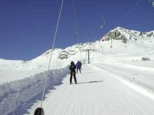 Les remontées mécaniques, et toutes les activités liées au ski, ne produisent que 2% des gaz à effet de serre en montagne. © Neil Wigmore