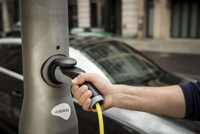 Moyennant 2.000 euros, Ubitricity peut transformer un lampadaire en station de recharge pour véhicules électriques. © Ubitricity