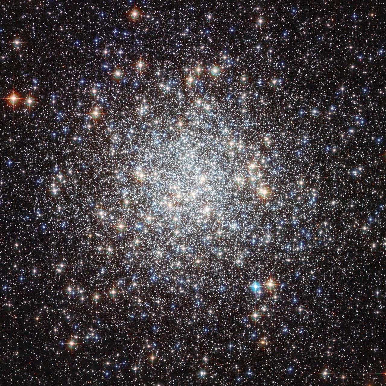 Féérie d'étoiles dans l'amas globulaire Messier 9 grâce au télescope spatial américain Hubble. © Nasa/Esa