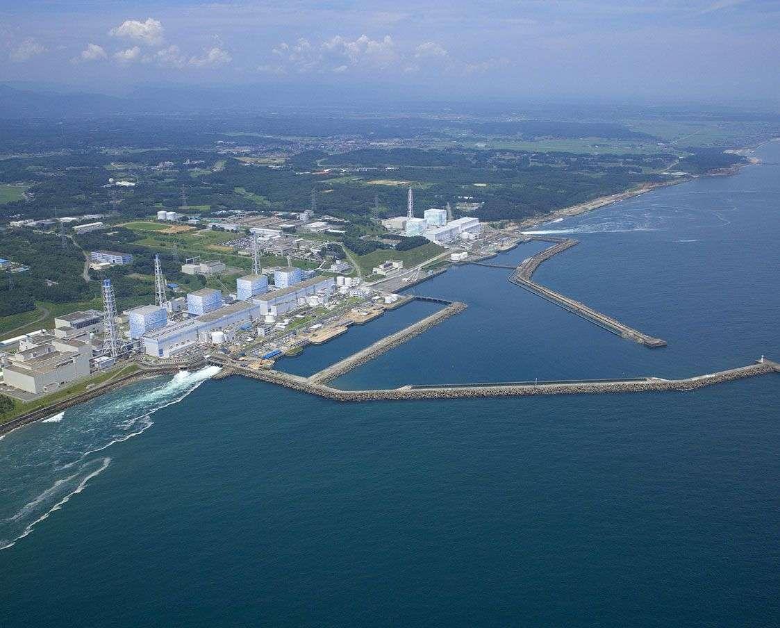 La centrale nucléaire de Fukushima Daiichi avant la catastrophe de mars 2011, avec ses quatre réacteurs. Pour en réduire la température après le séisme et le passage du tsunami qui a mis hors service une partie du système de refroidissement, d'énormes quantités d'eau ont été déversées. Une partie a rejoint l'océan ou s'est infiltrée dans le sol, et le reste a pu être récupéré. Cette eau toujours porteuse de radionucléides est stockée en attendant une solution. © Tepco