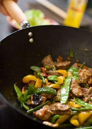 Faire frire des petits légumes au wok, une façon diététique et colorée de se faire plaisir ! © Fotolia