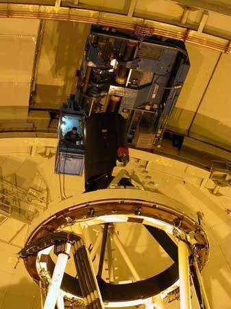 Installation de la caméra WIRCam au foyer primaire du télescope Canada-France-Hawaii.© 2006 Canada-France-Hawaii Telescope Corporation.
