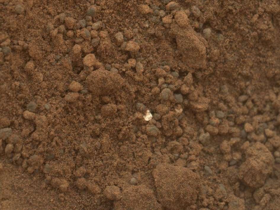 L'image prise par Mahli (Mars Hand Lens Imager), un appareil photo fixé au bout du bras de Curiosity, aux côtés d'autres instruments, et chargé des prises de vue rapprochées. L'image date du 15 octobre et montre la trace, sur environ 4 cm, laissée par le coup de pelle effectué une semaine plus tôt pour un prélèvement. © Nasa/JPL-Caltech/MSSS