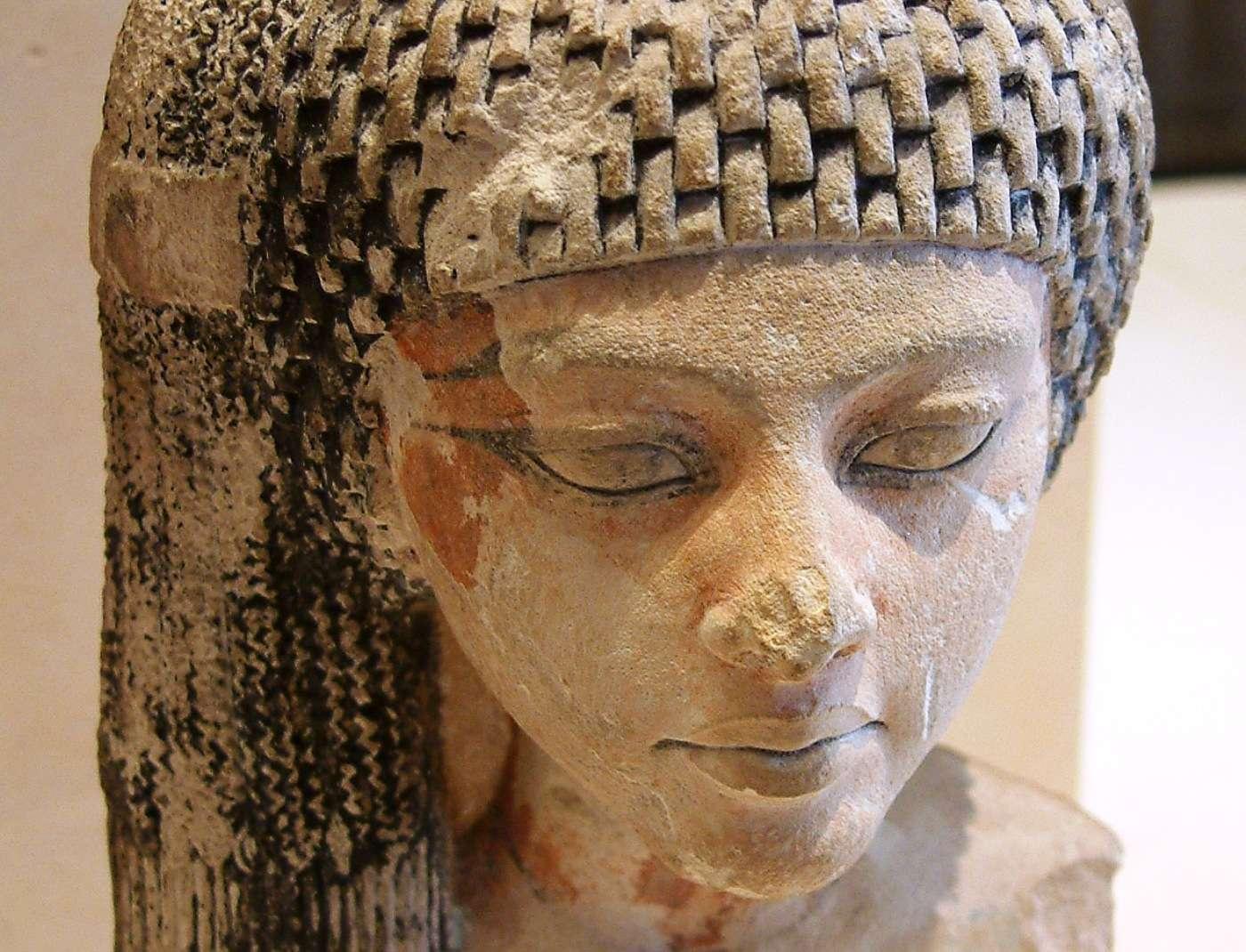 La princesse Mérytaton, fille aînée d'Akhenaton et Néfertiti et sœur de Toutânkhamon, pourrait bien avoir été la nourrice de ce dernier. Cette sculpture semblant la représenter est conservée au Louvre. © Guillaume Blanchard, Wikipédia, CC by-sa 1.0