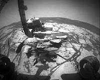 Le bras robotisé d'Opportunity en train d'étudier un affleurement rocheux atypique (Sol 673)(Crédits : NASA/JPL)