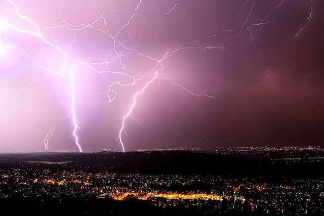 La foudre est l'une des manifestations les plus spectaculaires d'un orage. Des scientifiques américains ont découvert au sein d'un nuage d'orage un étrange phénomène de concentration de positrons qui pourrait expliquer les mécanismes de formation des éclairs. © Marc Biarnès, Flickr, CC by-nc 2.0