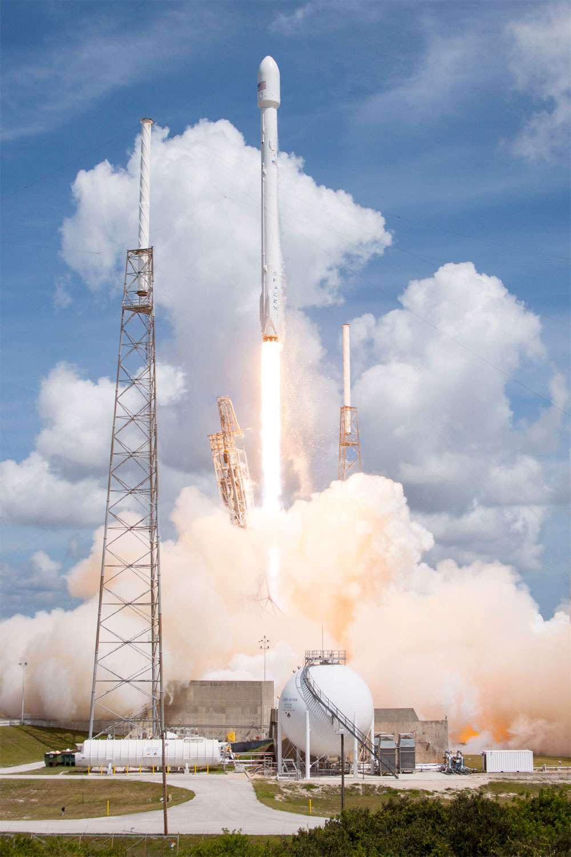 Falcon 9 v1.1 au décollage depuis son pas de tir SLC-40 de Cap Canaveral. À son bord, 6 des 17 satellites de la constellation de deuxième génération d'Orbcomm qui ont été mis à poste avec succès. © SpaceX