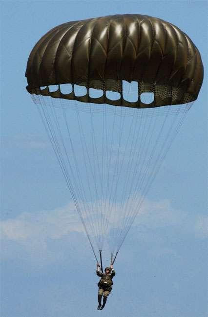 Le parachute doit avoir une voilure dont la dimension est calculée avec précision dans le but de résister au choc de l'ouverture. © Nuno Tavares, CC BY-SA 3.0, Wikimédia Commons