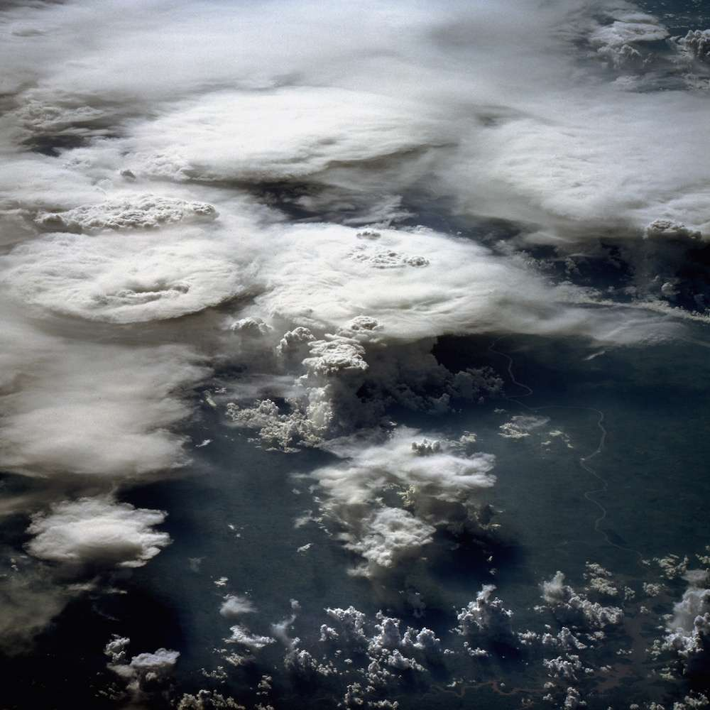 Groupe d'orages au-dessus du sud du Brésil photographiés en 1984 à bord de la navette spatiale Challenger. © Nasa