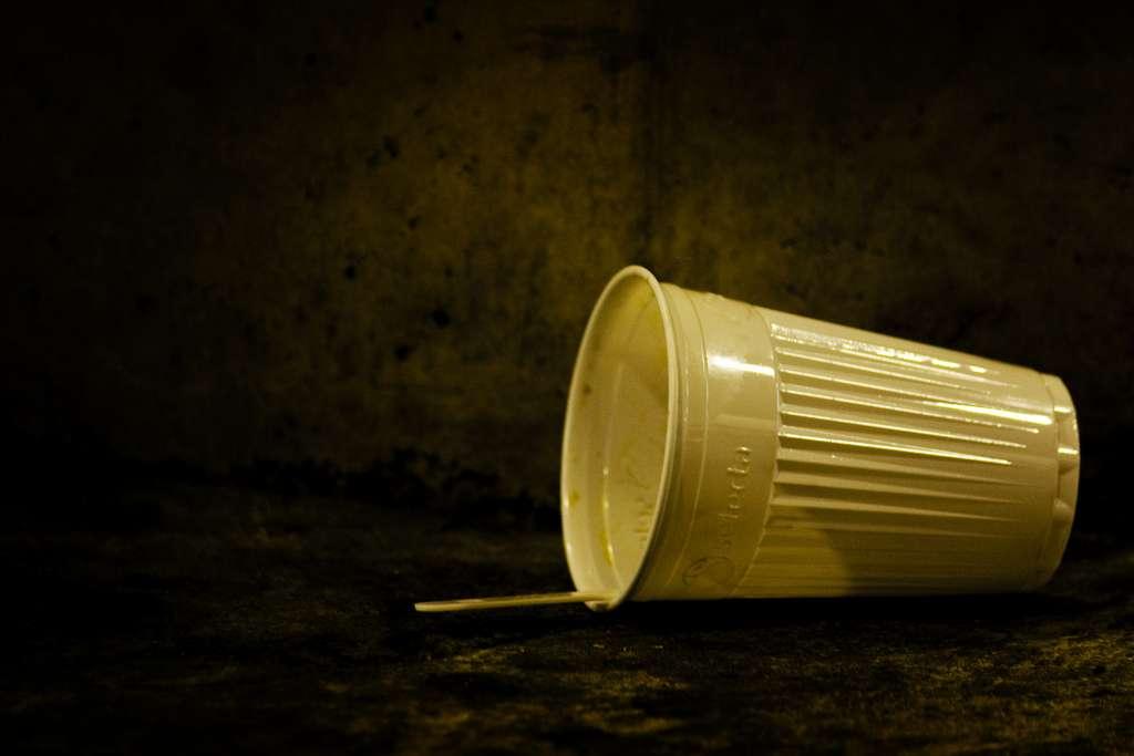 Les gobelets en plastique utilisés lors de la fameuse pause-café sont très polluants. Amenez votre propre tasse tout simplement ! © MaxLeMans, Flickr, cc by sa 2.0