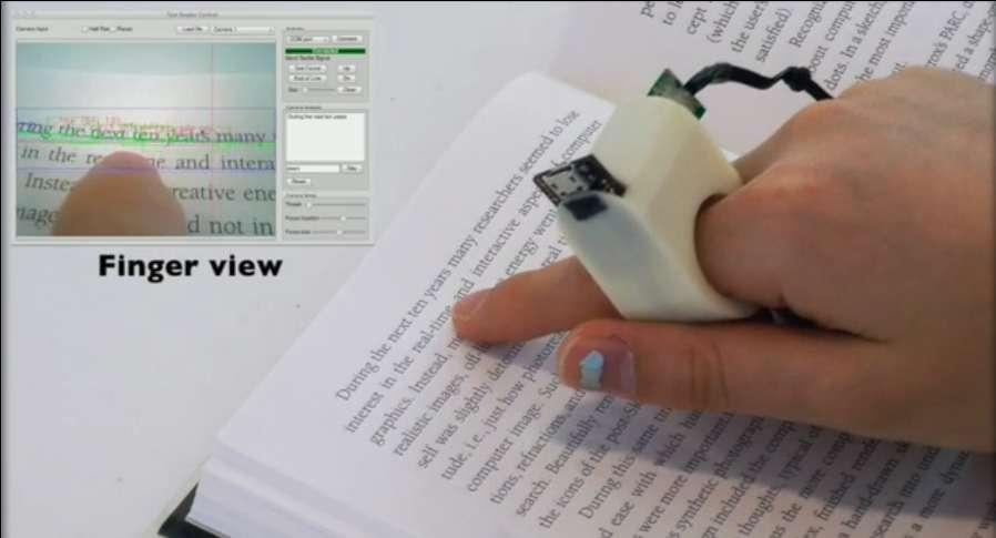 En août 2012, Futura-Sciences avait présenté la bague EyeRing mise au point par le Massachusetts Institute of Technology. Les chercheurs ont fait évoluer le concept pour le transformer en système de lecture pour les non-voyants. Rebaptisée FingerReader, la bague est équipée d'une microcaméra haute définition et d'un système de retour d'effets pour guider le doigt du lecteur. Le logiciel analyse le texte en temps réel et le restitue grâce à une voix de synthèse. © Media Lab, MIT