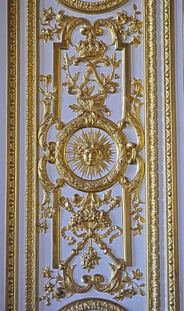 Une boiserie du château de Versailles. Au centre, le monogramme de Louis XIV. © Mamienfr, CC BY-SA 3.0, Wikimedia Commons