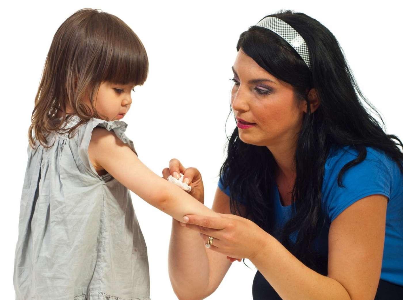 La fausse étude conclut en l'inutilité des bisous maternels pour guérir les bobos et recommande un moratoire sur cette pratique. © Blaj Gabriel, Shutterstock