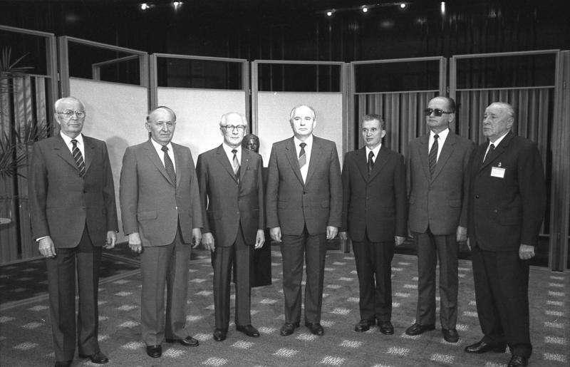 Les principaux leaders de l'Europe de l'Est lors d'une réunion du Pacte de Varsovie. De gauche à droite, on trouve Gustáv Husák (Tchécoslovaquie), Todor Jivkov (Bulgarie), Erich Honecker (RDA), Mikhaïl Gorbatchev (URSS), Nicolae Ceaușescu (Roumanie), Wojciech Jaruzelski (Pologne) et János Kádár (Hongrie). © Bundesarchiv, Bild 183-1987-0529-029, Wikimedia Commons, cc by sa 3.0