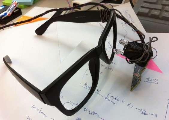 La paire de lunettes fabriquée par les ingénieurs Samsung est issue du projet open source eyeWriter. Ses composants sont peu onéreux et son assemblage à la portée de tous. Elle permet d'utiliser le logiciel eyeCan. © Project eyeCan/Samsung