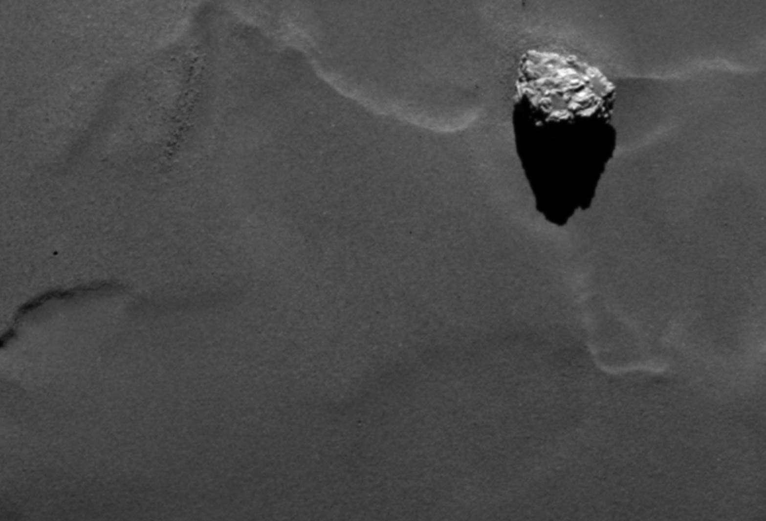 Gros plan sur le rocher de 45 m baptisé Cheops. L'image a été prise avec l'instrument Osiris de la sonde spatiale Rosetta, le 19 septembre, à 28,5 km du centre du noyau de la comète 67P/Churyumov-Gerasimenko. © Esa, Rosetta, MPS pour Osiris, UPD, Lam, IAA, SSO, INTA, UPM, DAPS, Ida