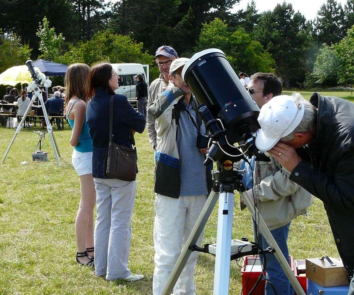 La fête du Soleil (ici à Dijon en 2009) est l'occasion d'observer notre étoile et de découvrir différents sites astronomiques. Crédit J.-B. Feldmann