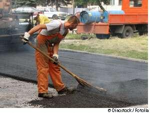 L'épandage du bitume provoque-t-il d'autres victimes de la route ? © Dinostock / Fotolia