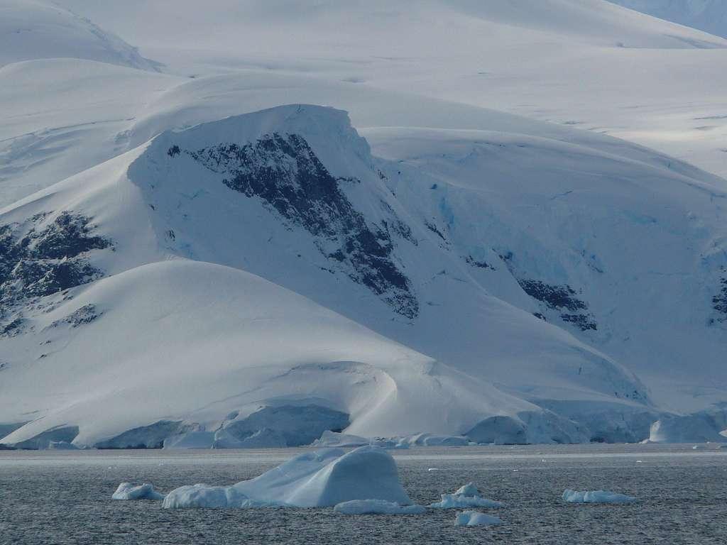 En Antarctique, sous les glaces de l'inlandsis, l'épaisseur de sédiments est énorme, atteignant 14 km sur le site de Wilkes. © b00nj, Flickr, CC by-nc-sa 2.0