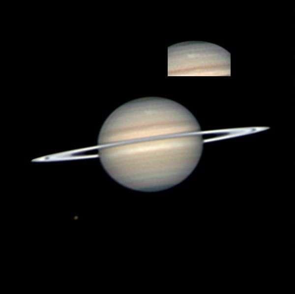Le 22 mars 2010, l'astronome amateur Anthony Wesley réalisait cette image de la nouvelle tempête sur Saturne et l'envoyait aux scientifiques de la mission Cassini. Crédit A. Wesley