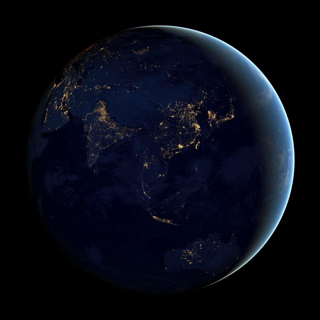 L'Asie et l'Australie vues de nuit ; là comme ailleurs, la lumière révèle les agglomérations et les activités humaines, mais également la disparité entre zones riches et zones pauvres. © Nasa Earth Observatory