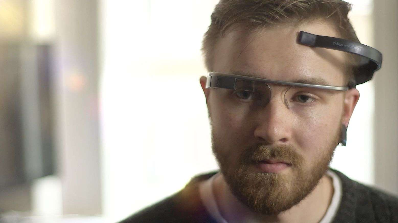 Le logiciel MindRDR transforme des enregistrements d'ondes cérébrales en commandes pour des lunettes Google Glass, munies d'un petit écran et d'un appareil photo. © MindRDR
